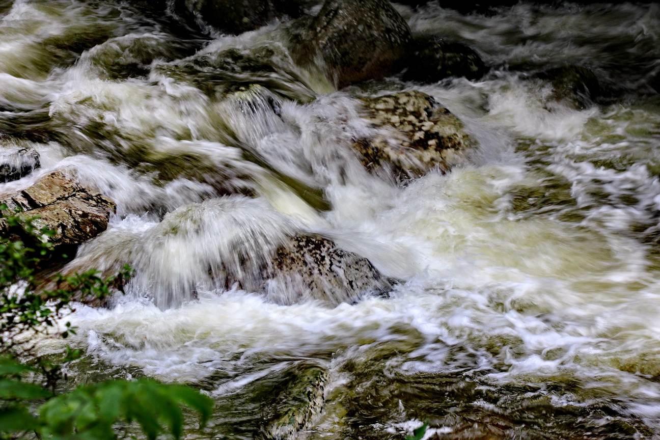 Вода с трудом прорывается через каменные завалы