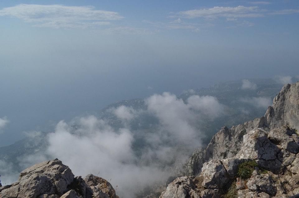 На вершине можно реально парить над облаками