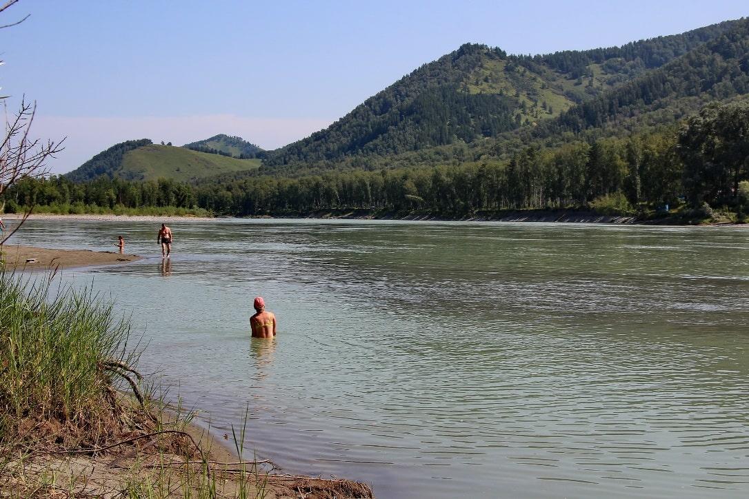 Вода в реке прогревается только к середине лета