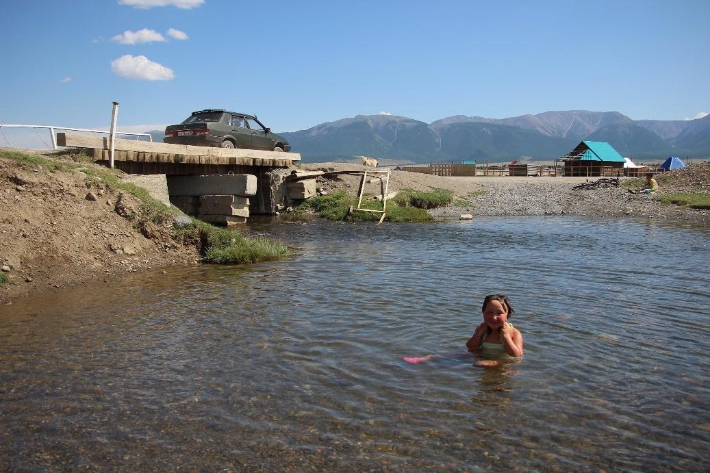 Только местные дети способны купаться в ледяной воде