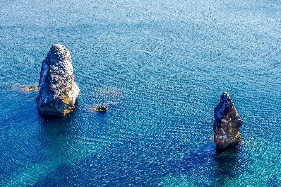 Украшением являются отдельно стоящие скалы в море