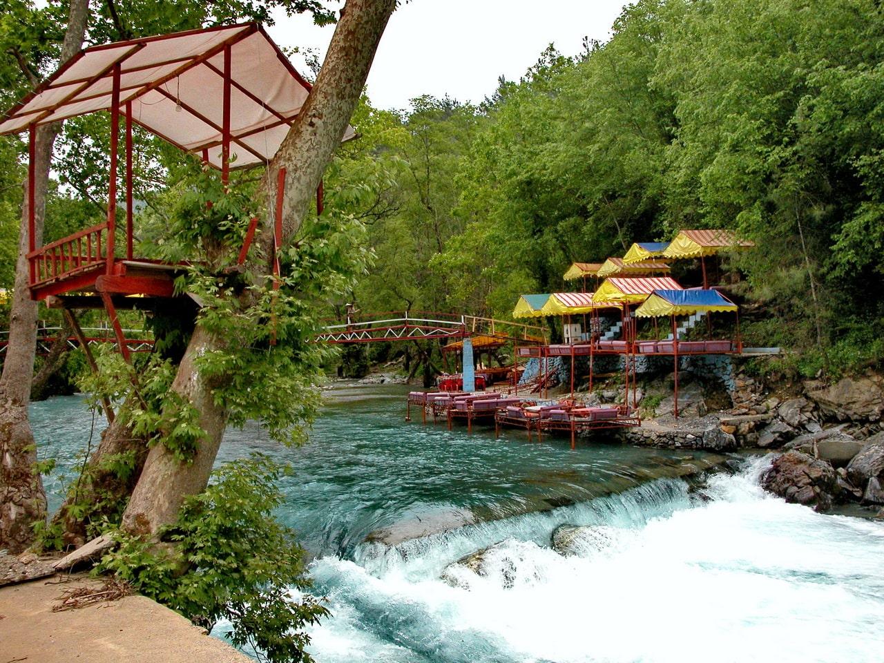 Вода в реке имеет насыщенный бирюзовый цвет