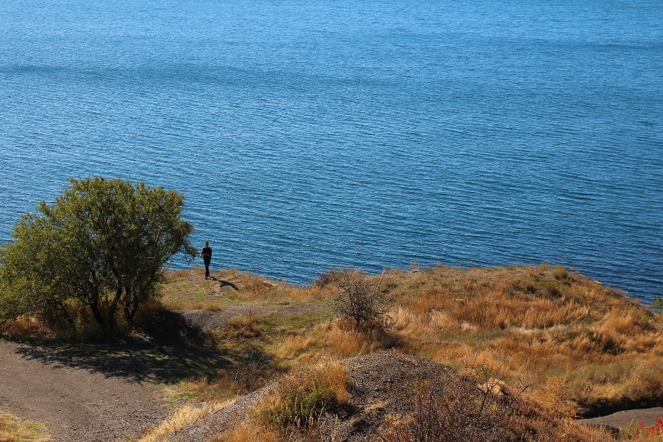 Вода в бухте отличается насыщенным синим цветом