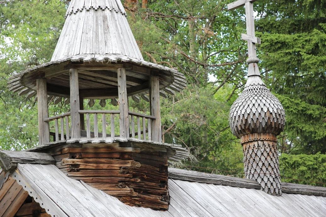 В Каргополе и окрестных деревнях насчитывается около 20 памятников архитектуры