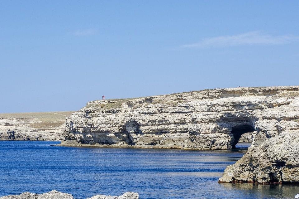 Мыс известен причудливыми скалами с арками