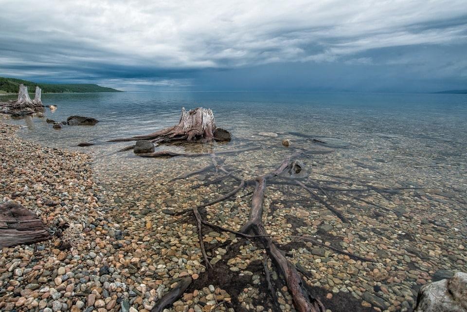 Вода в озере отличается идеальной чистотой