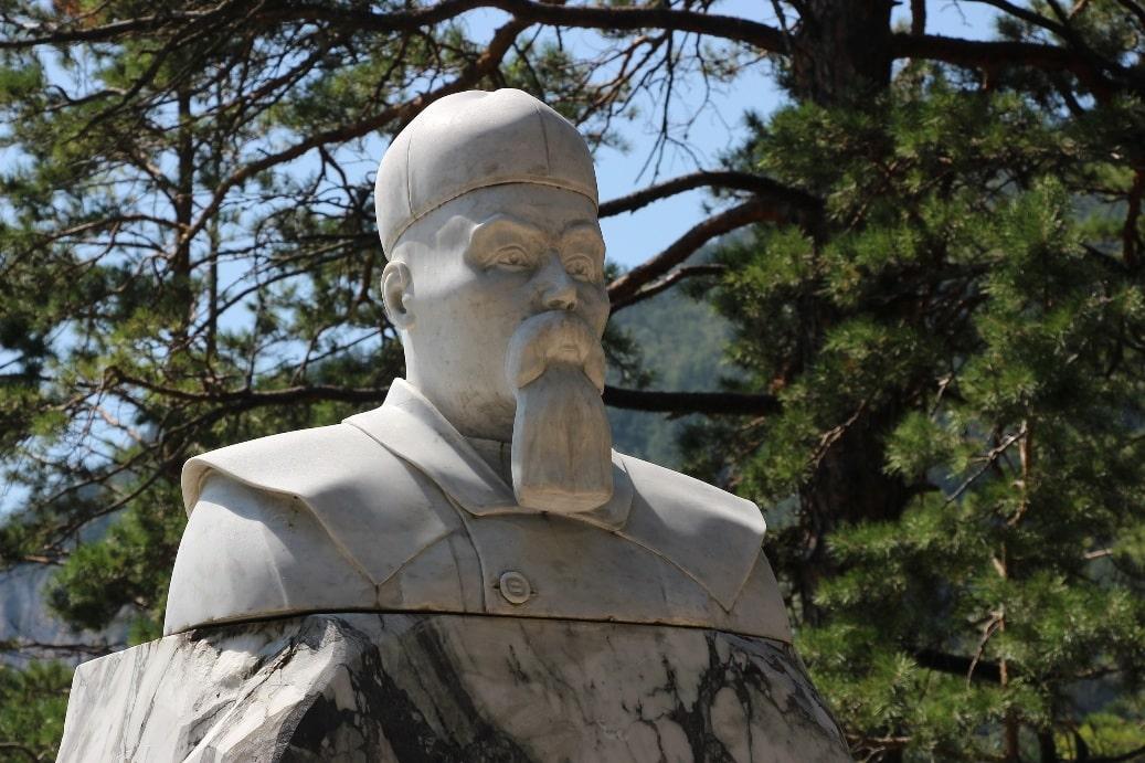 Памятник Рериху на Бирюзовой Катуни