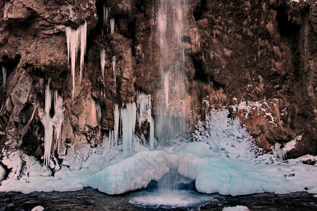 Зимой водопад замерзает