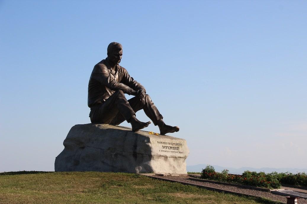 Памятник Шукшину на месте проведения Шукшинских чтений