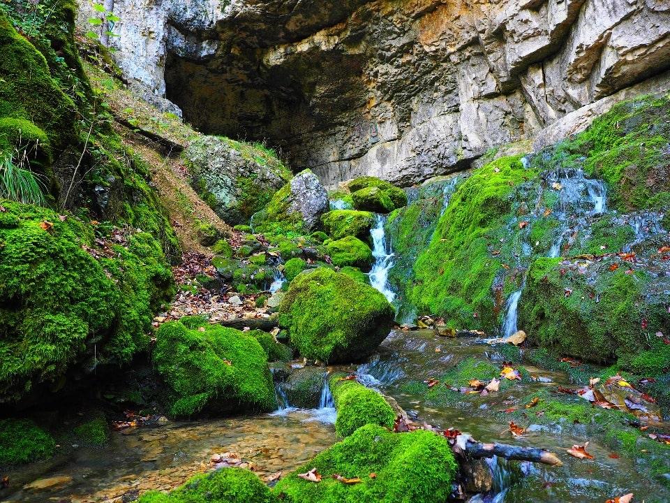 В окрестностях Горячего Ключа имеется несколько пещер
