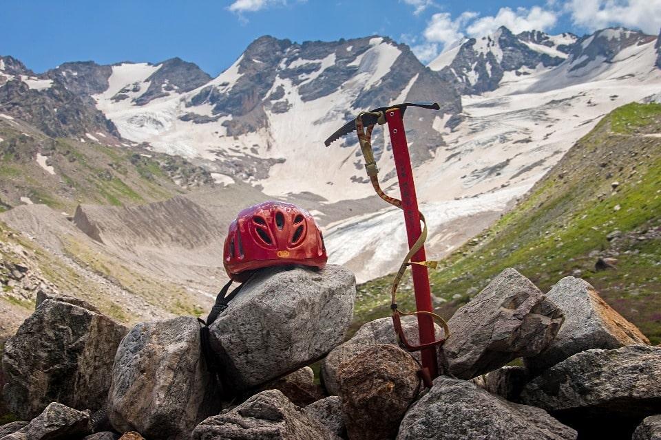 В ущелье действует большое количество небольших гостиниц, турбаз, альплагерей