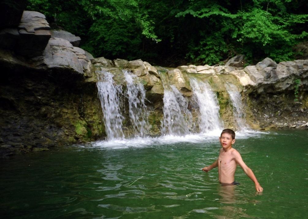 Некоторые водопады имеют удобную чашу для купания