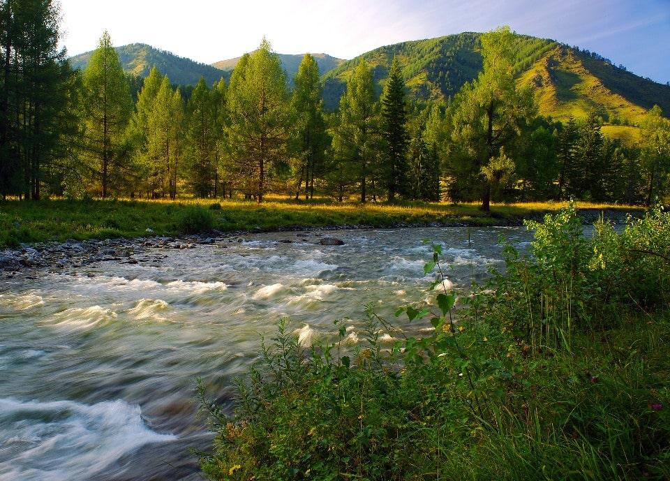 По берегам реки проложены туристские тропы