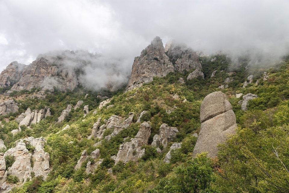 В долине можно увидеть скалы причудливой формы