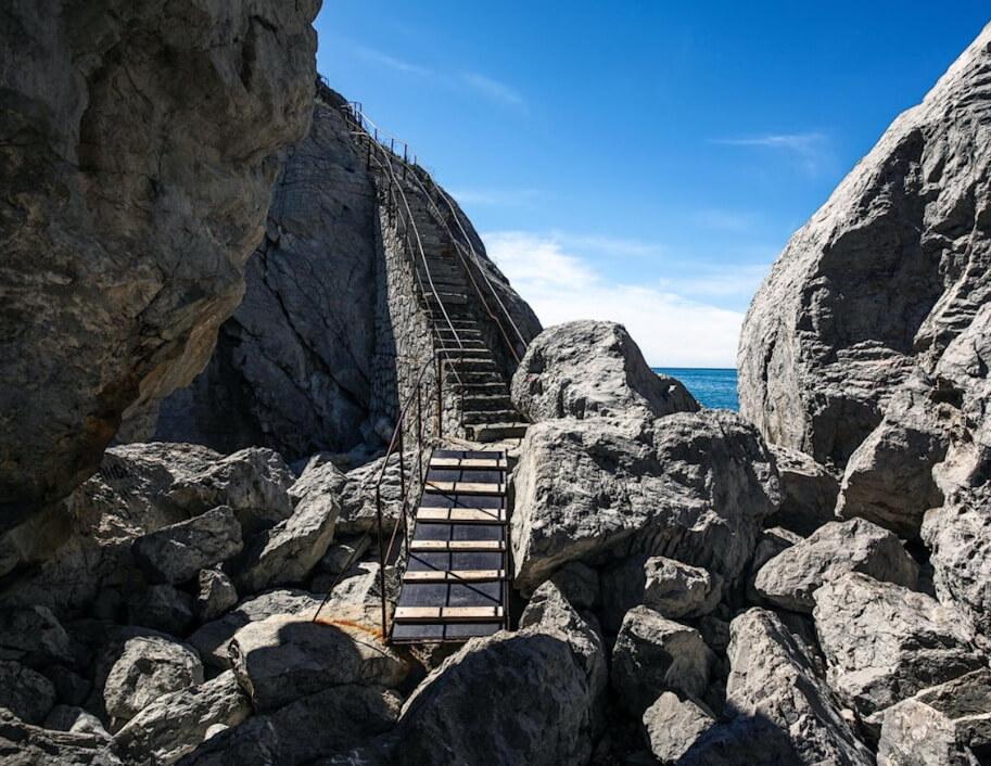 Лестница на скале Дива