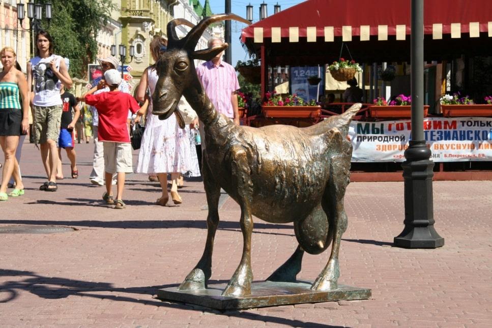 Памятник козе на Большой Покровской улице
