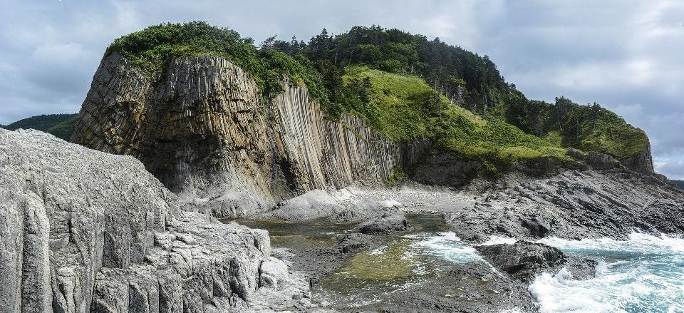В окрестностях мыса разбросано множество живописных скал