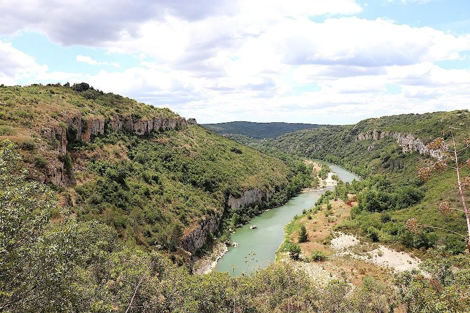 Вода в реке на самом деле имеет зеленовато-голубой цвет