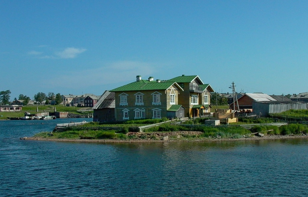 Жилые постройки на острове
