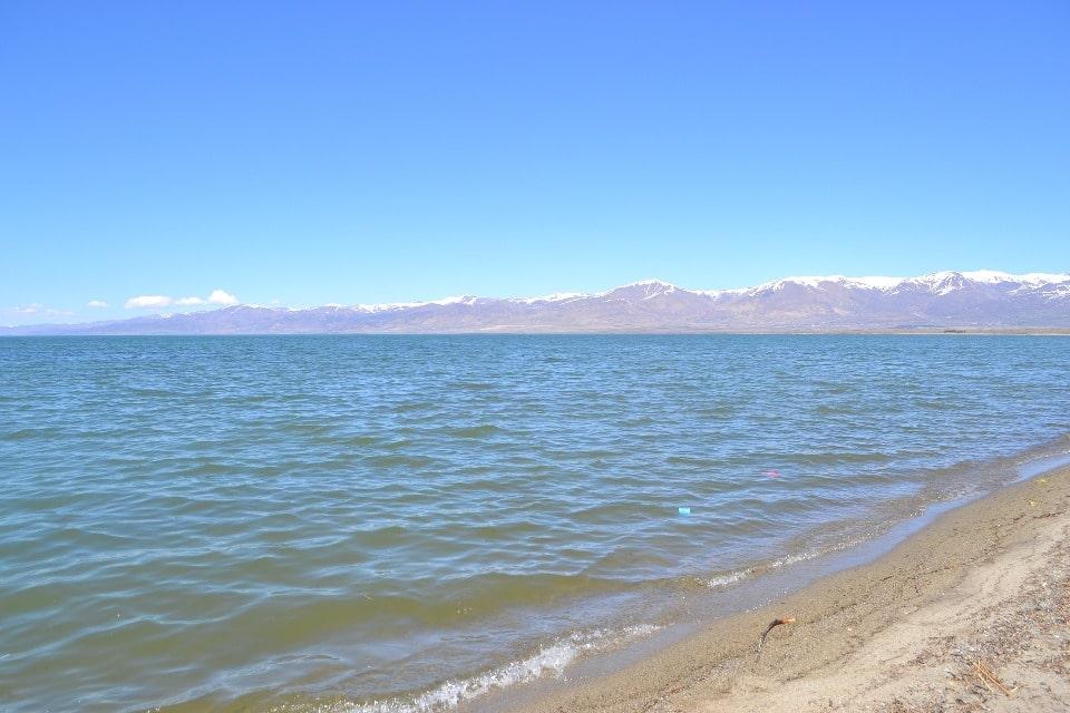 Вода в озере отличается насыщенным лазурным цветом
