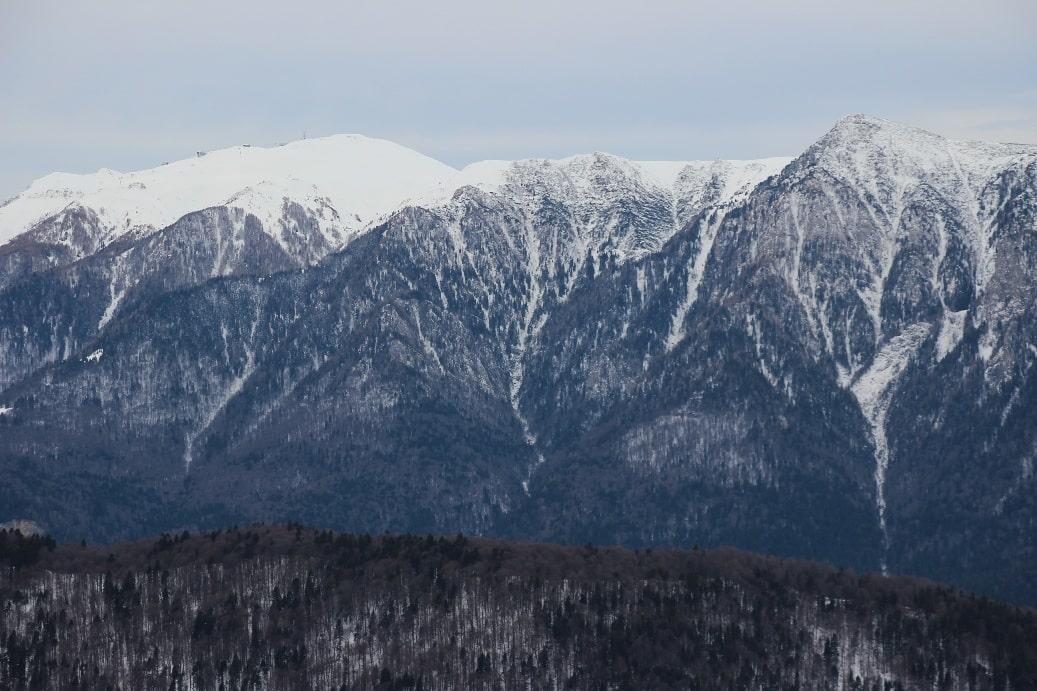 Снег в горах лежит с декабря по март. В другое время можно смело отправляться в пешие походы