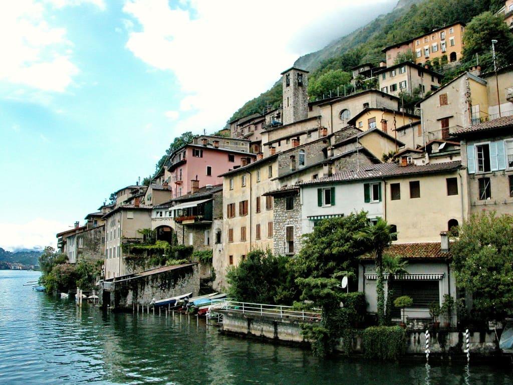 Крохотные городки «выросли» прямо на отвесных скалах