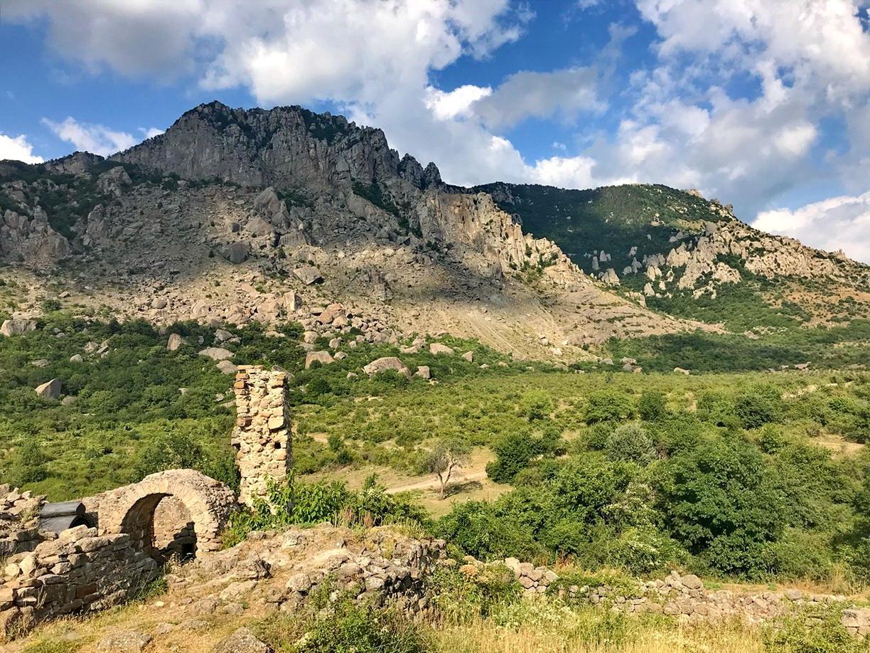 Крепость построена у подножия Демерджи