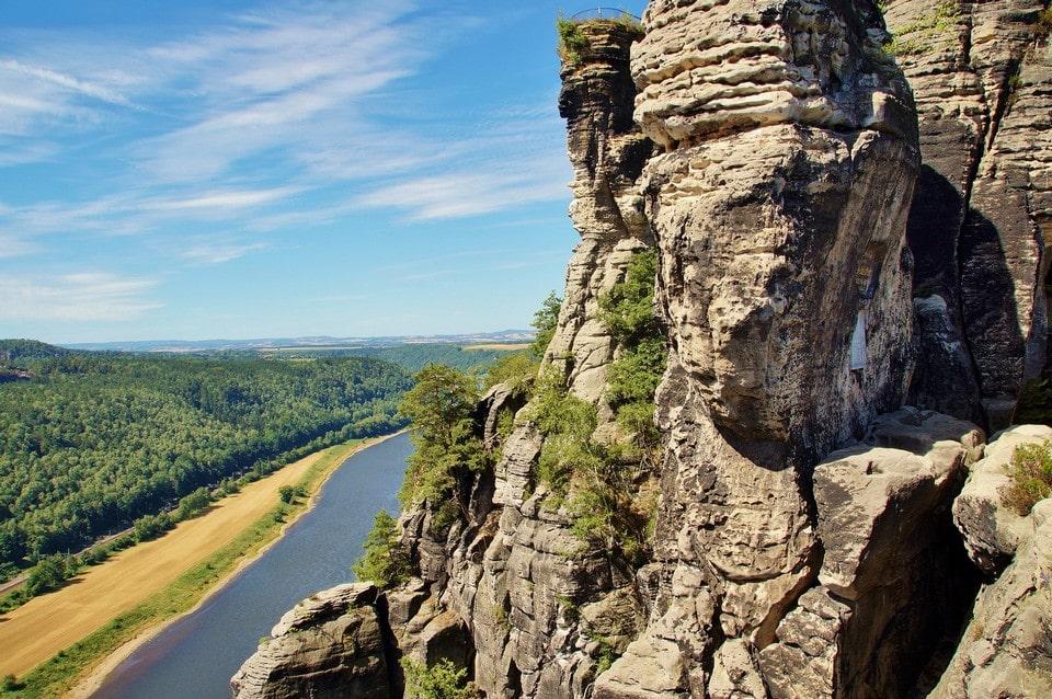 Со скал открывается великолепная панорама