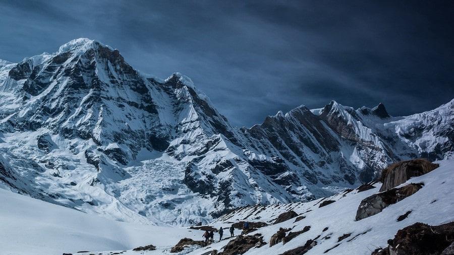 На вершину ведет несколько альпинистских маршрутов