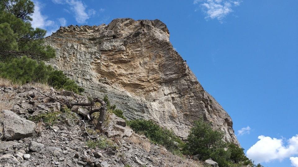 Тропа идет вдоль отвесных скал