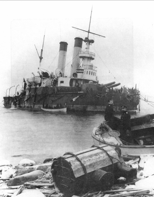 Броненосец береговой обороны «Генерал-адмирал Апраксин» на камнях у острова Гогланд, апрель 1900