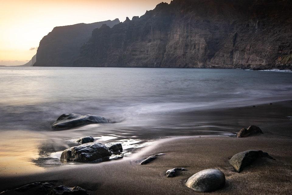 Курорт известен пляжем с черным песком