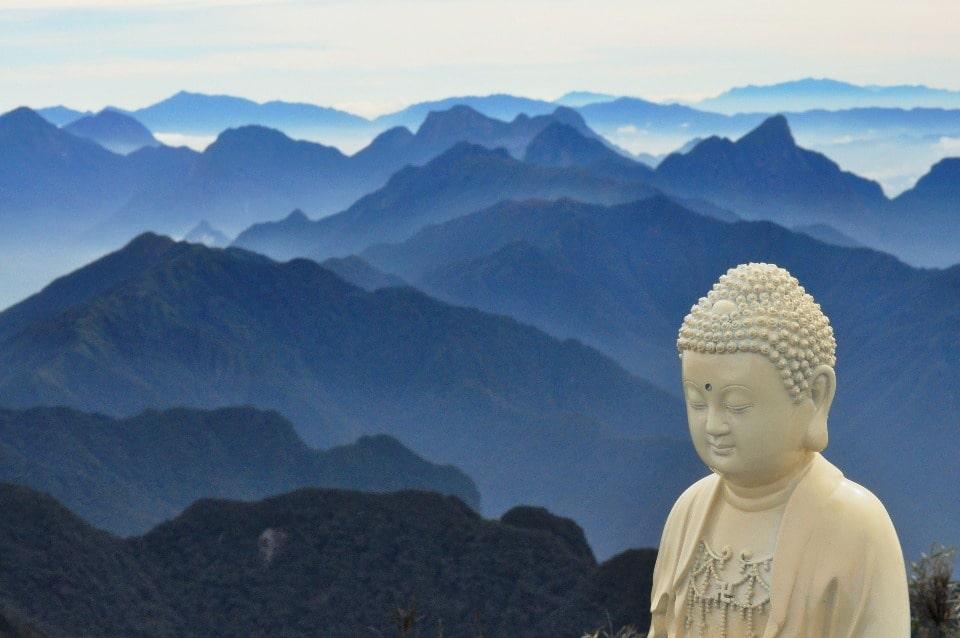 Вьетнамцы считают, что в этом месте встречаются небо и земля, сливаясь в Инь и Янь