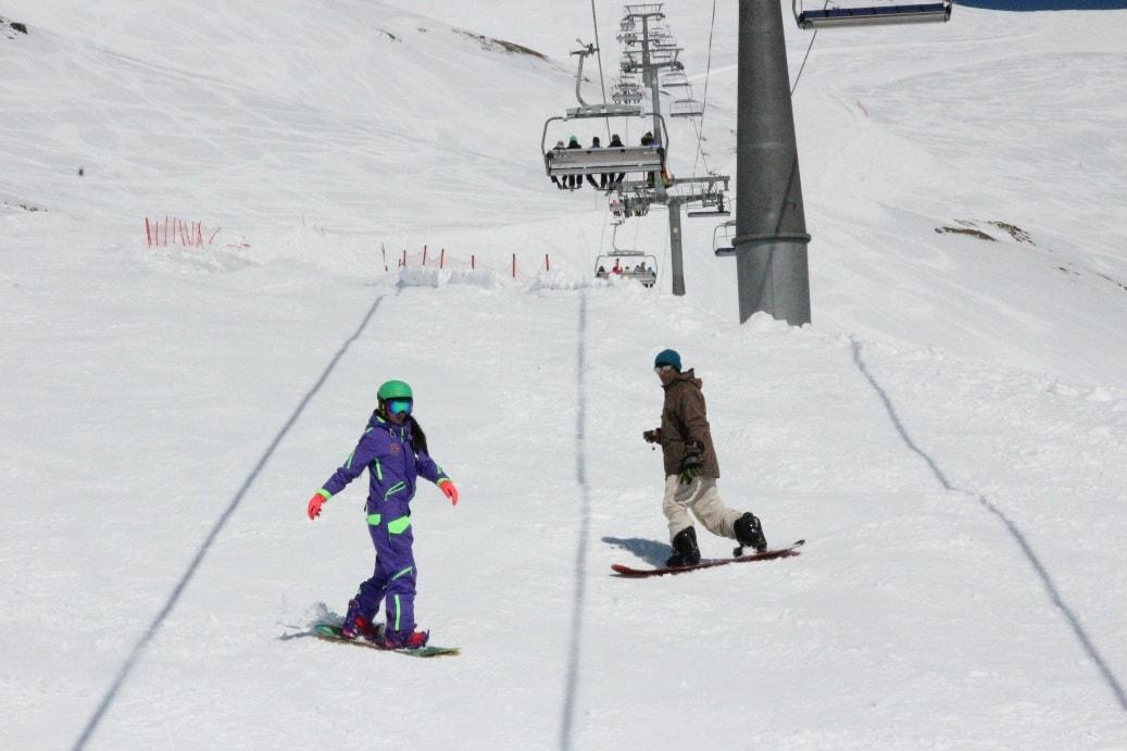 На Домбае уживаются лыжники и сноубордисты