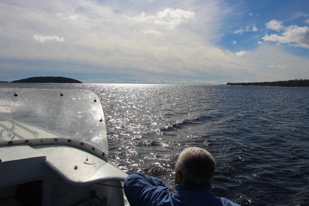 До острова добираются на катере