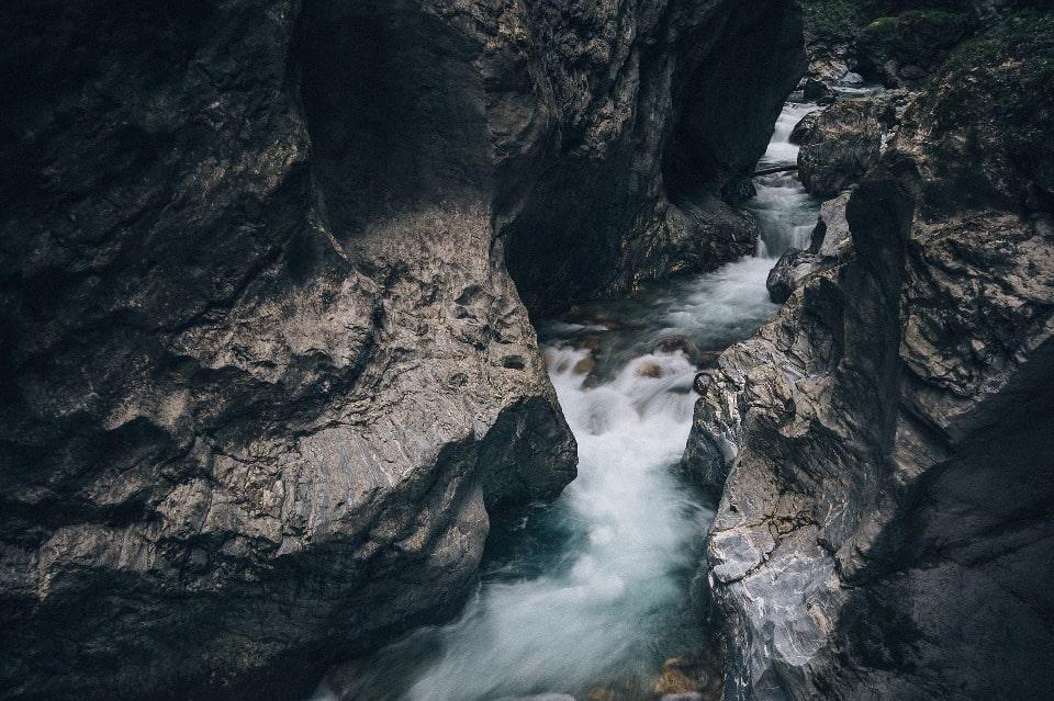 Река пробила в скальном массиве четырехсотметровое ущелье