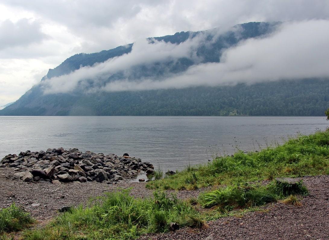 Озеро образовалось из-за того, что застывшие потоки лавы перекрыли реку