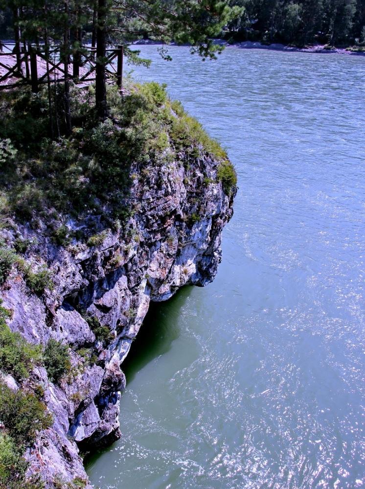 Вода в озере отличается насыщенным голубым цветом