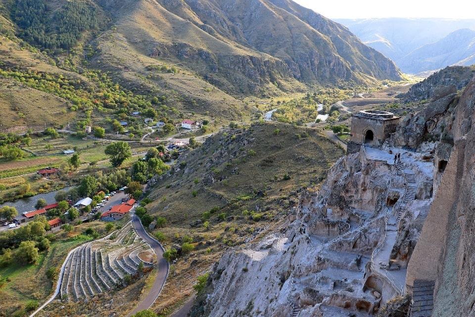 Город в скалах построили в Средние века