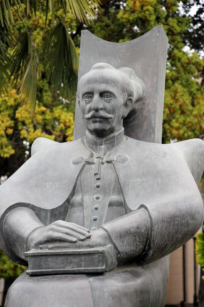 Памятник Дмитрию Гулиа