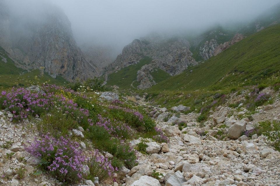По плато с советских времен проложен популярный туристский маршрут