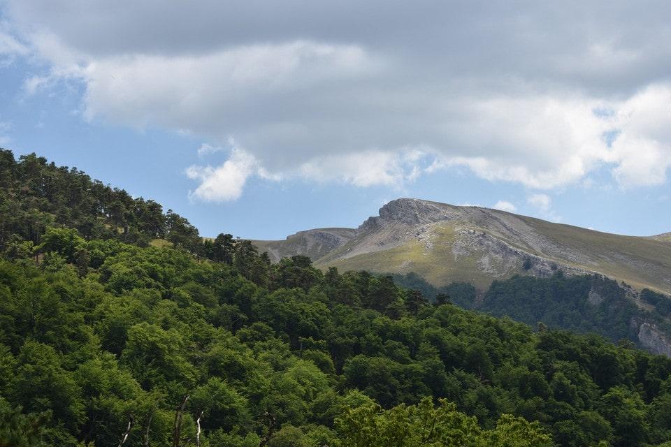 Гора является частью горного массива Чатыр-Даг