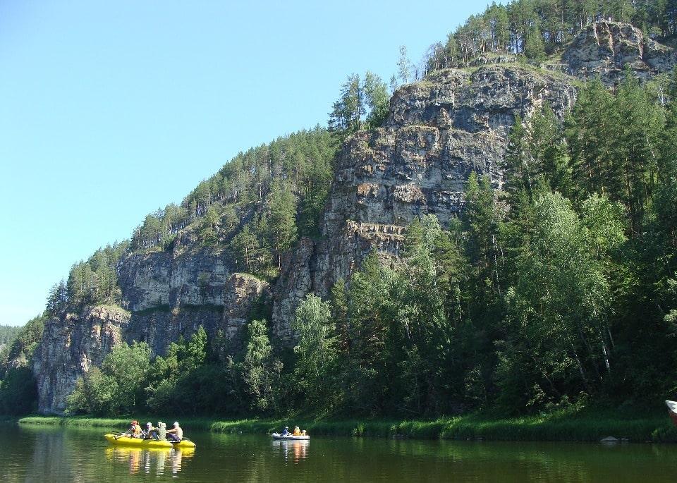 На берегах реке встречаются живописные скалы