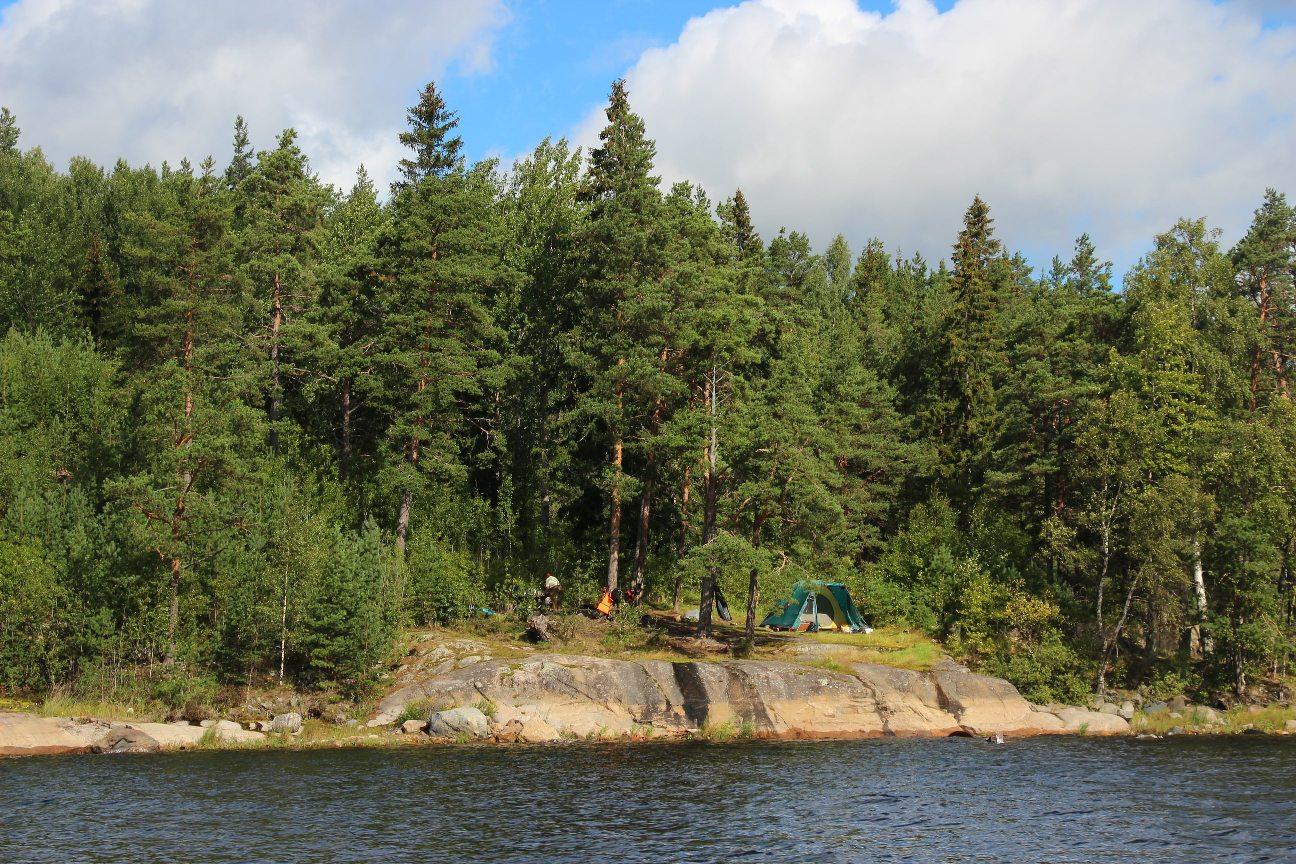 На берегах можно увидеть многочисленные туристские палатки