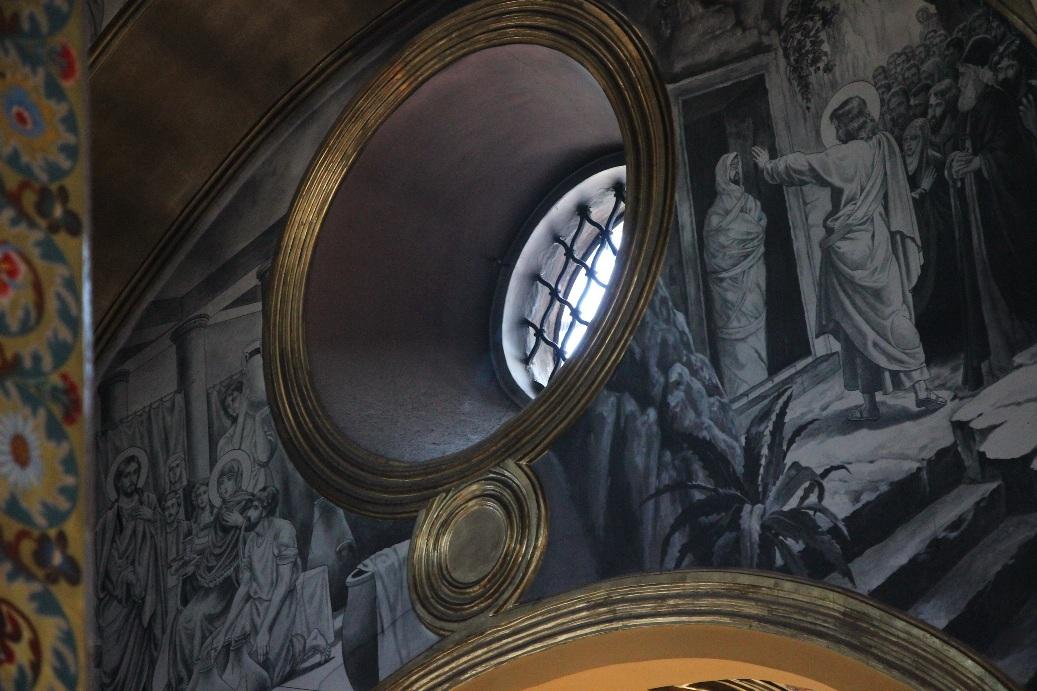 В храме имеются необычные черно-белые фрески