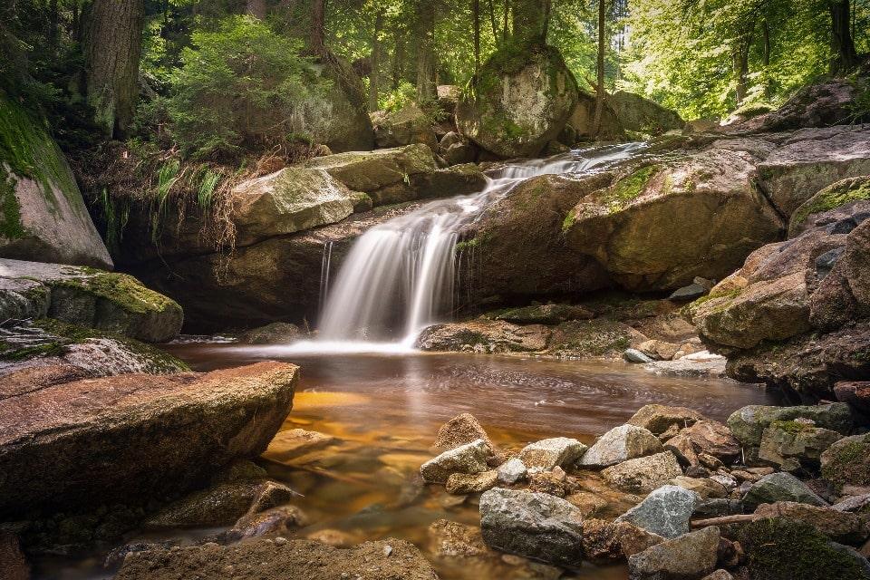На реке имеется несколько красивых водопадов