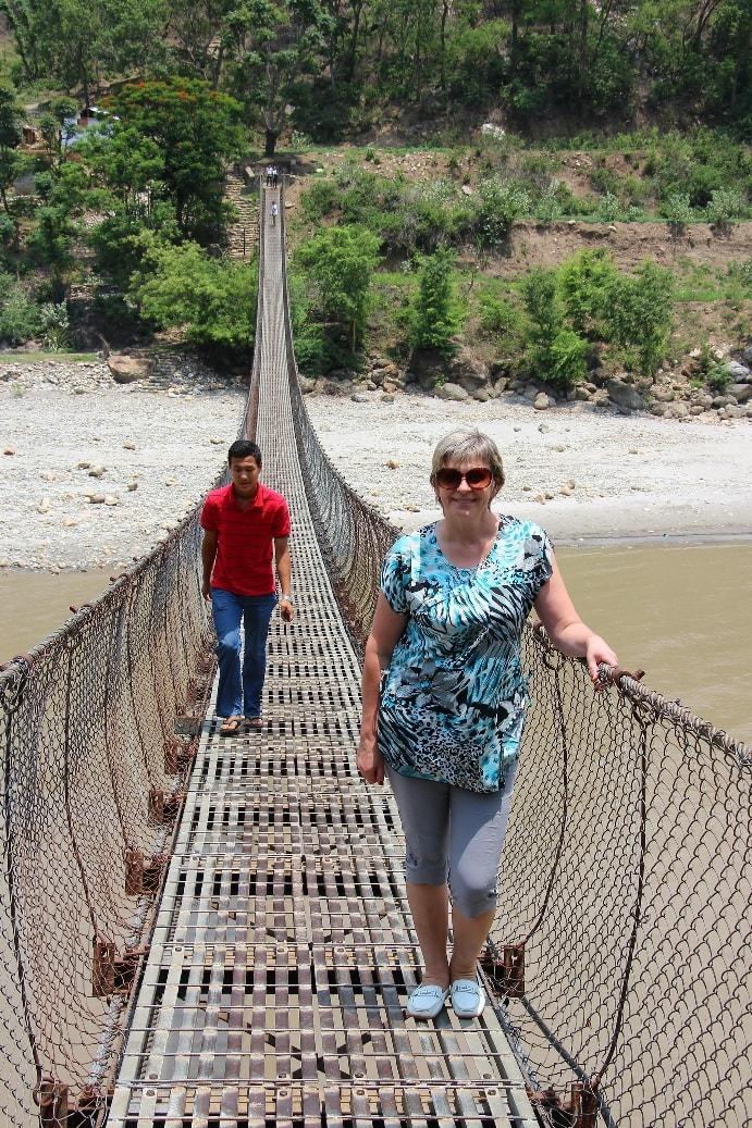 Через реку перекинут подвесной мост