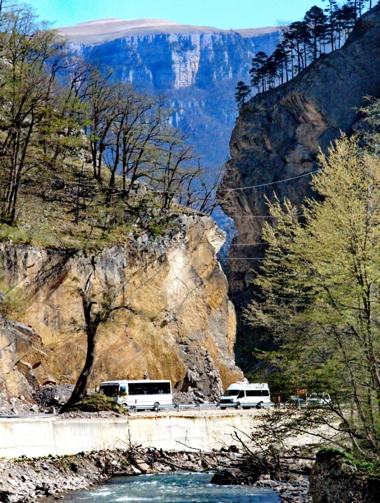 Местами каньон имеет отвесные стены