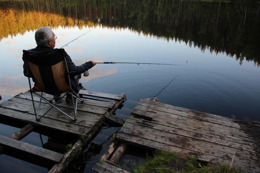 На озере всегда можно увидеть рыбаков