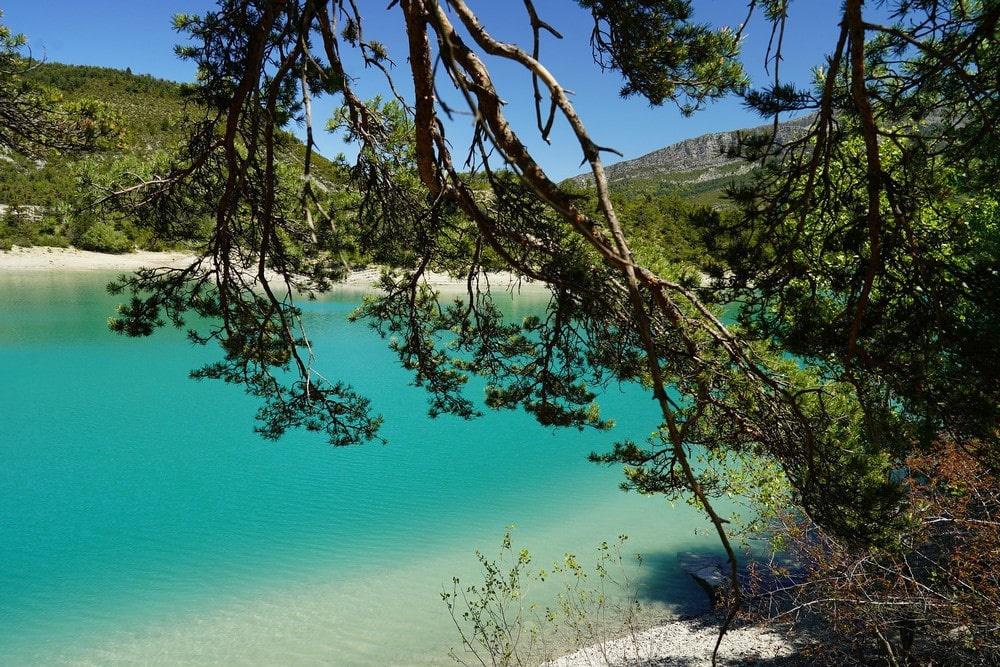Цвет воды в озере зависит от погоды